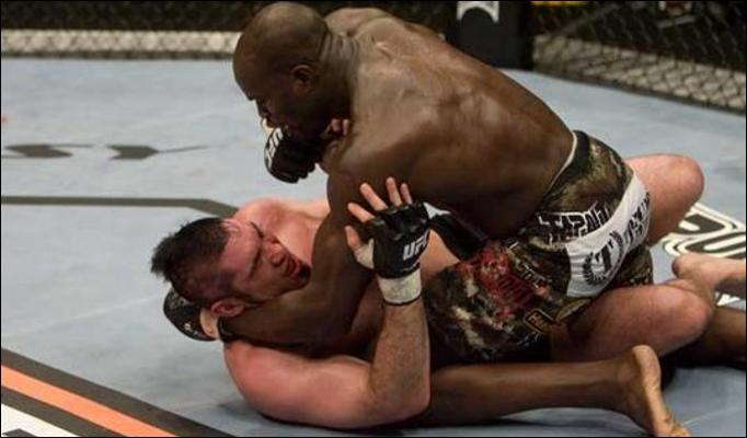 Heath Herring and Cheick Kongo battle it out in the cage.
